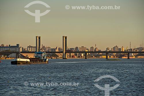 Assunto: Balsa no Lago Guaíba com a Ponte do Guaíba - também conhecida como Ponte Getúlio Vargas - ao fundo / Local: Porto Alegre - Rio Grande do Sul (RS) - Brasil / Data: 04/2013
