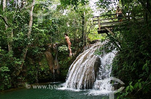 Assunto: Mulher saltando na Cachoeira do Salto - Estância Mimosa Ecoturismo / Local: Bonito - Mato Grosso do Sul (MS) - Brasil / Data: 04/2008