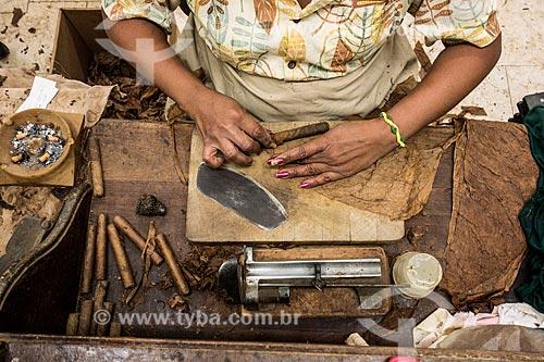 Assunto: Mulher produzindo de charutos / Local: Bahamas - América Central / Data: 06/2013