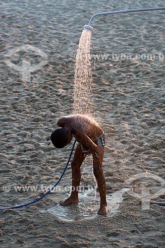 Assunto: Banhista tomando banho em chuveiro na Praia do Arpoador / Local: Ipanema - Rio de Janeiro (RJ) - Brasil / Data: 02/2014