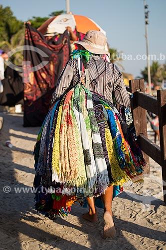 Assunto: Vendedor ambulante de cangas na Praia do Arpoador / Local: Ipanema - Rio de Janeiro (RJ) - Brasil / Data: 02/2014