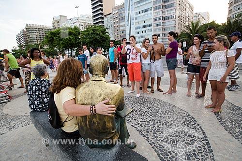Assunto: Turistas fotografando ao lado da estátua do poeta Carlos Drummond de Andrade no Posto 6 / Local: Copacabana - Rio de Janeiro (RJ) - Brasil / Data: 01/2014