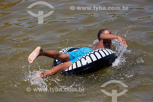 Assunto: Menino brincando com boia na Praia da Urca / Local: Urca - Rio de Janeiro (RJ) - Brasil / Data: 01/2014