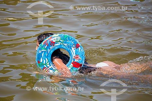 Assunto: Menina brincando com boia na Praia da Urca / Local: Urca - Rio de Janeiro (RJ) - Brasil / Data: 01/2014