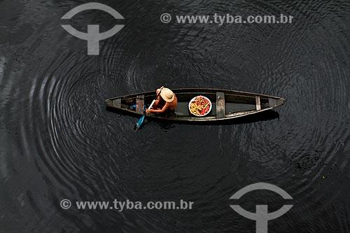Assunto: Ribeirinho carregando bacia com o fruto da Pupunha (Bactris gasipaes) / Local: Manacapuru - Amazonas (AM) - Brasil / Data: 03/2014