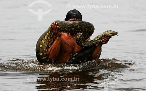 Assunto: Ribeirinho carregando sucuri (Eunectes murinus) / Local: Amazonas (AM) - Brasil / Data: 12/2009