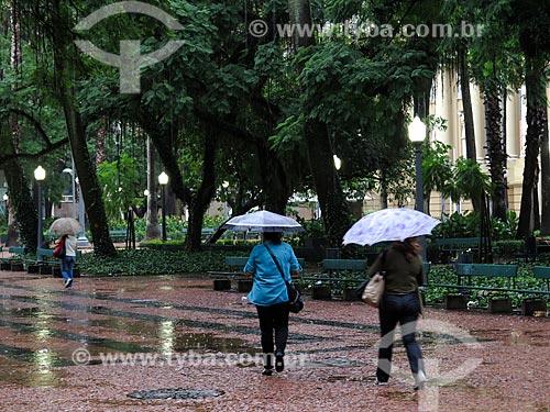 Assunto: Praça da Alfândega durante chuva / Local: Porto Alegre - Rio Grande do Sul (RS) - Brasil / Data: 03/2014