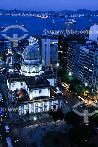 Assunto: Igreja de Nossa Senhora da Candelária (1609), prédios na Avenida Presidente Vargas e Baía de Guanabara ao fundo / Local: Centro - Rio de Janeiro (RJ) - Brasil / Data: 03/2014