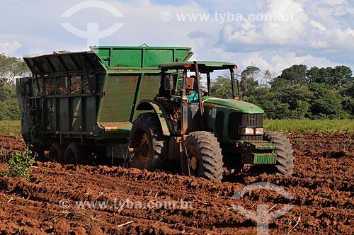 Assunto: Plantio mecanizado de Cana-de-açúcar / Local: São Simão - Goiás (GO) - Brasil / Data: 02/2014