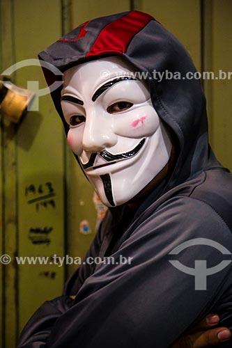 Assunto: Homem mascarado - Máscara usada no filme V de Vingança (2006) baseada no desenho do personagem V da história em quadrinhos de Alan Moore e David Lloyd que por sua vez foi inspirada no rosto de Guy Fawkes, conspirador que pretendia implodir o Parlamento Inglês / Local: Oaxaca - México - América do Norte / Data: 10/2013