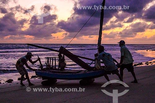 Assunto: Homens colocando a jangada no mar na Praia de Flecheiras / Local: Trairi - Ceará (CE) - Brasil / Data: 11/2012