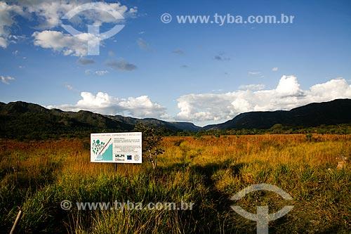 Assunto: Placa indicando área do Projeto Cipó-Vivo - que combate o crescimento desordenado do capim tipo braquiária - no Parque Nacional da Serra do Cipó / Local: Santana do Riacho - Minas Gerais (MG) - Brasil / Data: 06/2009