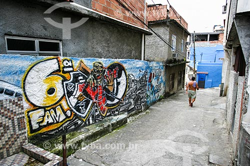 Grafite em muro no Morro do Timbau  - Rio de Janeiro - Rio de Janeiro - Brasil