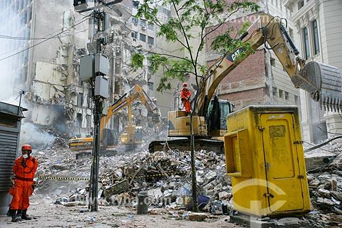 Escavadeiras trabalhando nos escombros dos edifícios que desmoronaram na Rua 13 de Maio  - Rio de Janeiro - Rio de Janeiro - Brasil