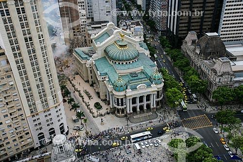 Theatro Municipal do Rio de Janeiro (1909) com escavadeiras trabalhando nos escombros dos edifícios que desmoronaram na Rua 13 de Maio ao fundo  - Rio de Janeiro - Rio de Janeiro - Brasil