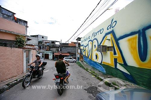 Grafite com os dizeres Bem-vindos ao Morro do Timbau na fachada do Centro de Estudos e Ações Solidárias da Maré (CEASM)  - Rio de Janeiro - Rio de Janeiro - Brasil