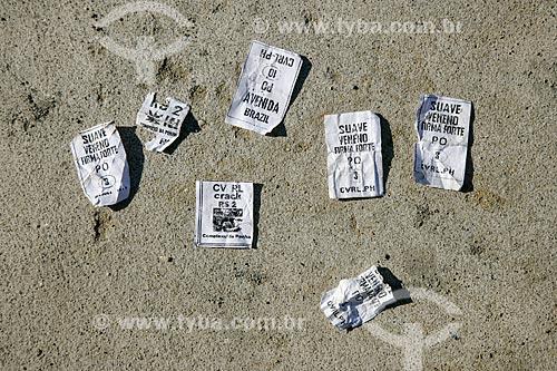 Embalagens de drogas no chão da Vila Cruzeiro  - Rio de Janeiro - Rio de Janeiro - Brasil