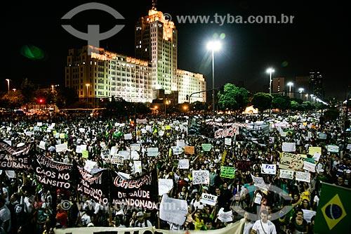 Manifestação do Movimento Passe Livre na Avenida Presidente Vargas com o Palácio Duque de Caxias (1941) ao fundo  - Rio de Janeiro - Rio de Janeiro - Brasil