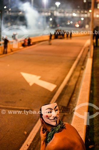 Manifestante mascarado durante protesto do Movimento Passe Livre - Máscara usada no filme V de Vingança (2006) baseada no desenho do personagem V da história em quadrinhos de Alan Moore e David Lloyd que por sua vez foi inspirada no rosto de Guy Fawkes, conspirador que pretendia implodir o Parlamento Inglês  - Rio de Janeiro - Rio de Janeiro - Brasil