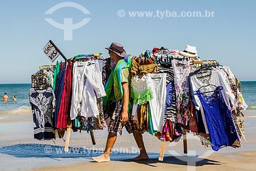 Assunto: Vendedor ambulante de cangas na Praia dos Açores / Local: Pântano do Sul - Florianópolis - Santa Catarina (SC) - Brasil / Data: 02/2014