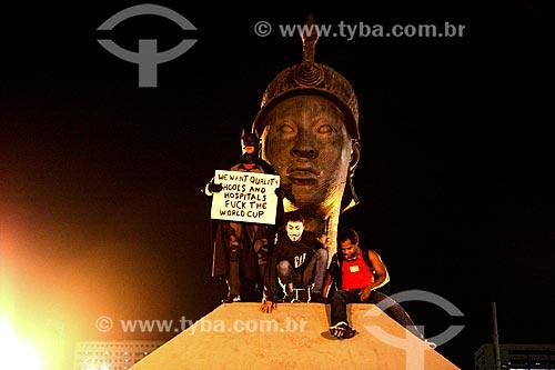 Assunto: Manifestantes na estátua de Zumbi dos Palmares durante manifestação contra a Copa do Mundo / Local: Centro - Rio de Janeiro (RJ) - Brasil / Data: 05/2014