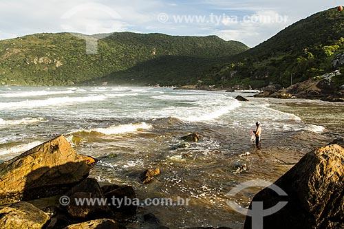 Assunto: Homem pescando na foz do Rio Sangradouro, entre a Praia da Armação e a Praia do Matadeiro / Local: Florianópolis - Santa Catarina (SC) - Brasil / Data: 04/2014
