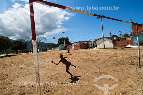 Assunto: Meninos jogando bola / Local: Cidade de Deus - Rio de Janeiro (RJ) - Brasil / Data: 10/2011