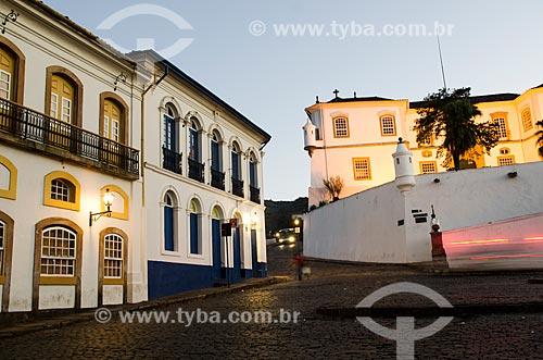 Assunto: Agência do Bradesco à esquerda ao fundo e Museu de Ciência e Técnica da Escola de Minas à direita / Local: Ouro Preto - Minas Gerais (MG) - Brasil / Data: 06/2012