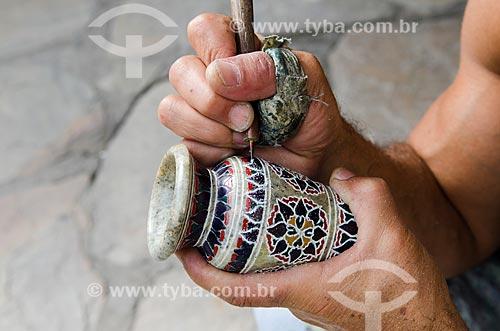Assunto: Detalhe de acabamento sendo feito por artesão / Local: Ouro Preto - Minas Gerais (MG) - Brasil / Data: 06/2012