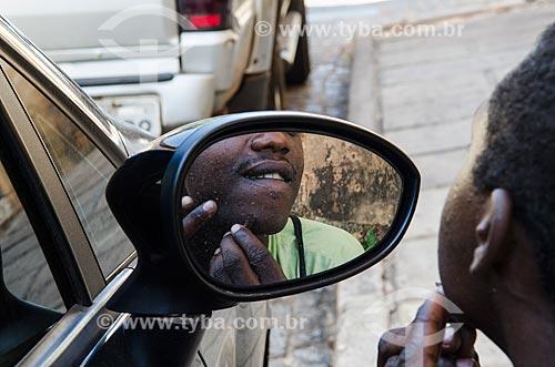 Assunto: Menino se olhando no espelho do retrovisor do carro / Local: São Luís - Maranhão (MA) - Brasil / Data: 07/2012