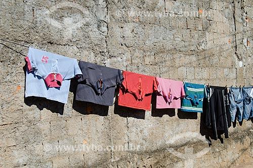 Assunto: Camisas penduradas no varal / Local: Mato Grosso (MT) - Brasil / Data: 07/2013