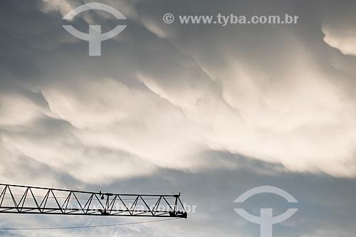 Assunto: Detalhe de guindaste com nuvens ao fundo / Local: Copacabana - Rio de Janeiro (RJ) - Brasil / Data: 03/2014