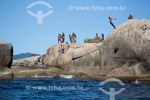 Assunto: Pessoas pulando no mar das pedras próximo à Praia de Piratininga / Local: Piratininga - Niterói - Rio de Janeiro (RJ) - Brasil / Data: 03/2014