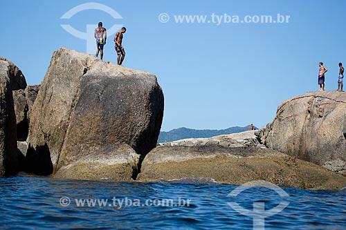 Assunto: Pessoas nas pedras próximo à Praia de Piratininga / Local: Piratininga - Niterói - Rio de Janeiro (RJ) - Brasil / Data: 03/2014