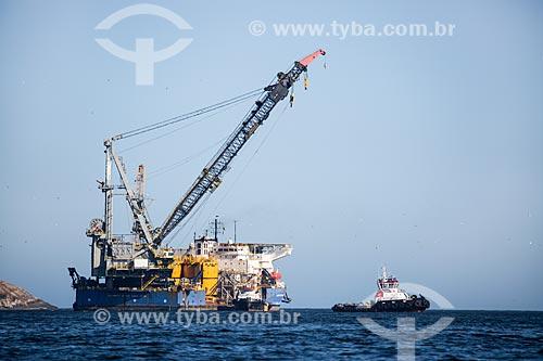 Assunto: Navio guindaste e rebocador na costa de Niterói / Local: Niterói - Rio de Janeiro (RJ) - Brasil / Data: 03/2014