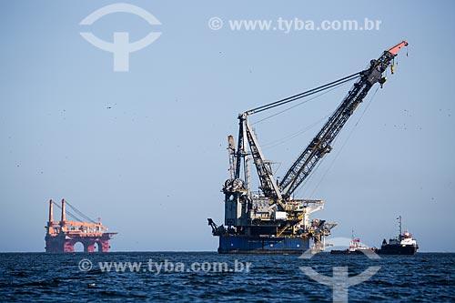 Assunto: Plataforma de petróleo, navio guindaste e rebocador na costa de Niterói / Local: Niterói - Rio de Janeiro (RJ) - Brasil / Data: 03/2014