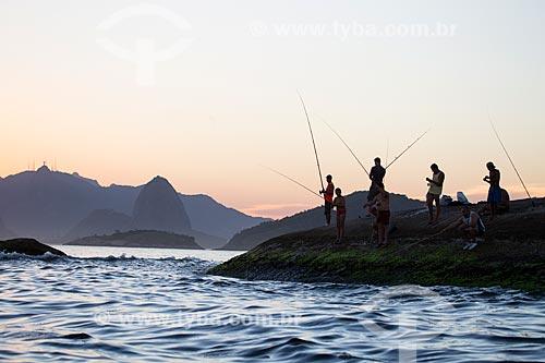 Assunto: Pescadores nas pedras entre as praias do Sossego e Camboinhas / Local: Rio de Janeiro (RJ) - Brasil / Data: 03/2014