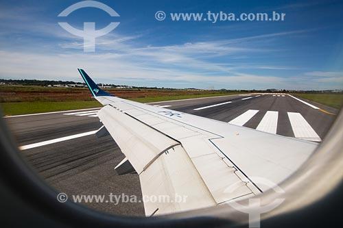 Assunto: Detalhe da asa de avião da Azul Linhas Aéreas Brasileiras durante aterrissagem no Aeroporto Santa Genoveva (1955) / Local: Goiás (GO) - Brasil / Data: 05/2014