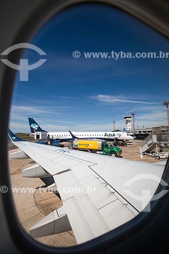 Assunto: Detalhe da asa de avião da Azul Linhas Aéreas Brasileiras após aterrissagem no Aeroporto Santa Genoveva (1955) / Local: Goiás (GO) - Brasil / Data: 05/2014