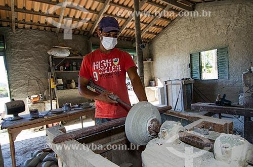 Assunto: Oleiro trabalhando na confecção de um vaso / Local: Goiás - Goiás (GO) - Brasil / Data: 05/2012