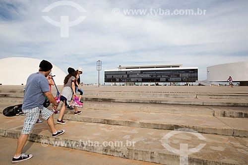 Assunto: Jovens no Centro Cultural Oscar Niemeyer (2006) / Local: Goiânia - Goiás (GO) - Brasil / Data: 05/2014