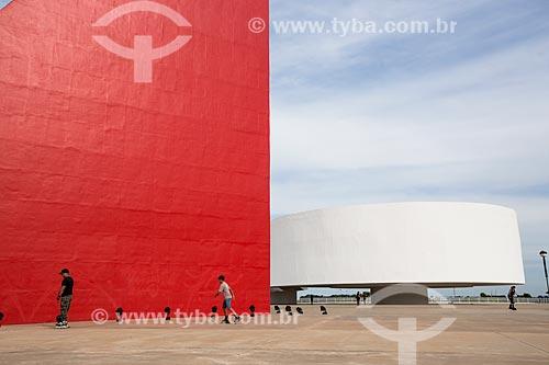 Assunto: Monumento aos Direitos Humanos e o Museu de Arte Contemporânea (2006) - partes do Centro Cultural Oscar Niemeyer / Local: Goiânia - Goiás (GO) - Brasil / Data: 05/2014