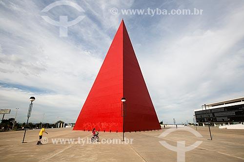 Assunto: Monumento aos Direitos Humanos com a Biblioteca do Centro Cultural Oscar Niemeyer (2006) à direita - partes do Centro Cultural Oscar Niemeyer / Local: Goiânia - Goiás (GO) - Brasil / Data: 05/2014