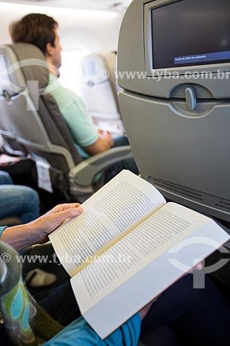 Assunto: Passageiro lendo livro durante voo no Aeroporto Internacional de Viracopos / Local: Campinas - São Paulo (SP) - Brasil / Data: 05/2014