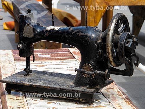 Assunto: Máquina de Costura na Feira de Antiguidades da Praça XV / Local: Centro - Rio de Janeiro (RJ) - Brasil / Data: 03/2012