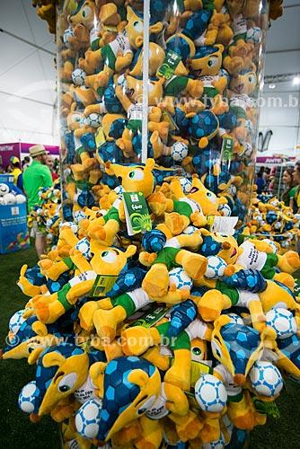 Assunto: Bonecos do Fuleco - mascote oficial da Copa do Mundo FIFA de 2014 - à venda na Fifa Fan Fest durante a abertura da Copa do Mundo / Local: Copacabana - Rio de Janeiro (RJ) - Brasil / Data: 06/2014