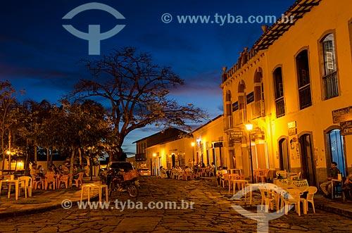 Assunto: Vista noturna da Rua Corumbá com Praça Castelo Branco à esquerda / Local: Goiás - Goias (GO) - Brasil / Data: 05/2012