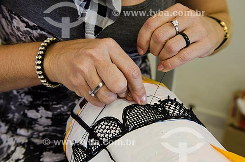 Assunto: Mãos de mulher fazendo bordado   / Local: Caicó - Rio Grande do Norte (RN) - Brasil / Data: 07/2012