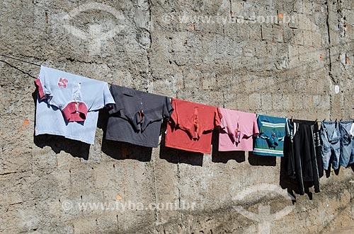 Assunto: Camisas penduradas no varal / Local: Cuiabá - Mato Grosso (MT) - Brasil / Data: 07/2013
