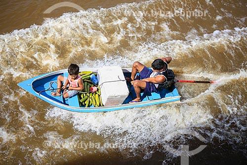 Assunto: Lancha com produtos à venda navegando ao lado do barco que faz a travessia entre Belém (PA) e Manaus (AM) / Local: Breves - Pará (PA) - Brasil / Data: 03/2014